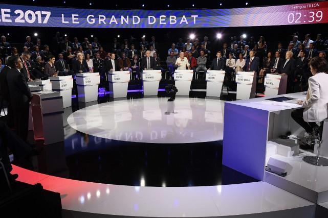 «Petits» candidats et grands favoris à la présidentielle française... (PHOTO Lionel Bonaventure, ARCHIVES REUTERS)