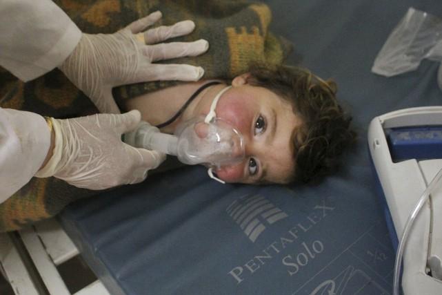 Un enfant reçoit des traitements après une attaque... (AP, Edlib Media Center)