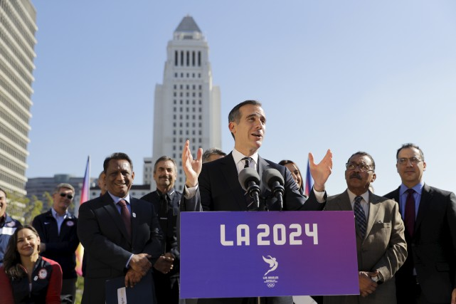 Eric Garcetti (au centre), le maire de Los... (AP, Jae C. Hong)