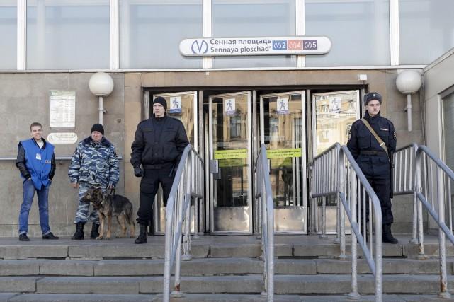 Les forces de l'ordre étaient toujours bien visibles... (AP, Dmitri Lovetsky)