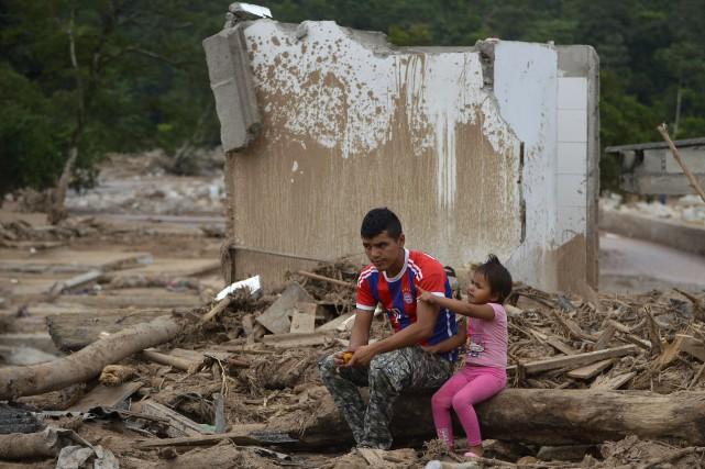 Des centaines de personnes, secouristes et habitants désespérés... (PHOTO LUIS ROBAYO, AFP)