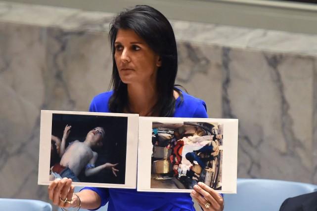 L'ambassadrice américaine à l'ONU Nikki Haley, qui montre... (PHOTO AFP)