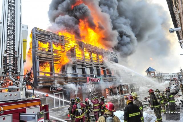 Le Dooly's avait été détruit pas les flammes... (Archives Le Quotidien, Gimmy Desbiens)