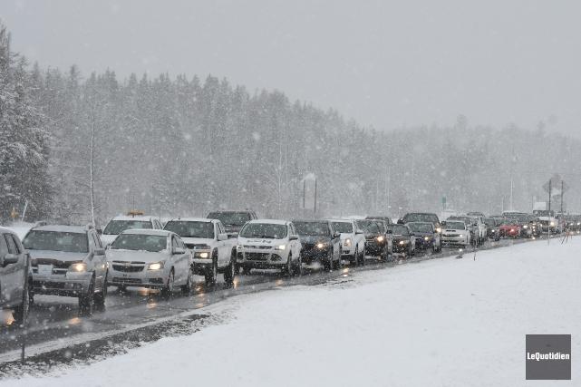 La circulation a été perturbée considérablement par un... (Photo Le Quotidien, Rocket Lavoie)
