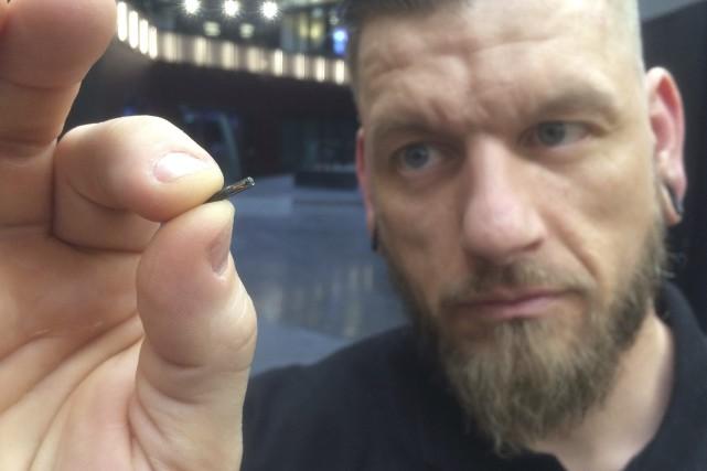 Jowan Osterlund de Biohax Sweden tient entre ses... (AP)