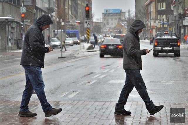 Le phénomène de marche distraite ou «distracted walking»... (Le Soleil, Patrice Laroche)