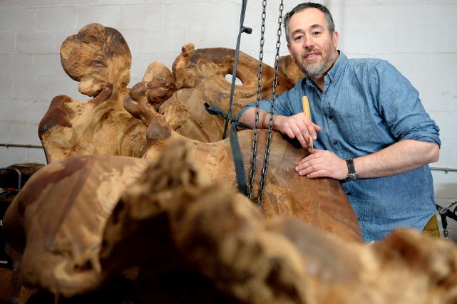 Dans son atelier, Alain Aubin sculpte le bois... (Le Soleil, Erick Labbé)