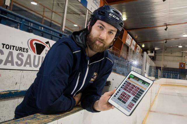 L'entraîneur-adjoint Francis Nolin utilise une tablette électronique sur... (François Gervais, Le Nouvelliste)