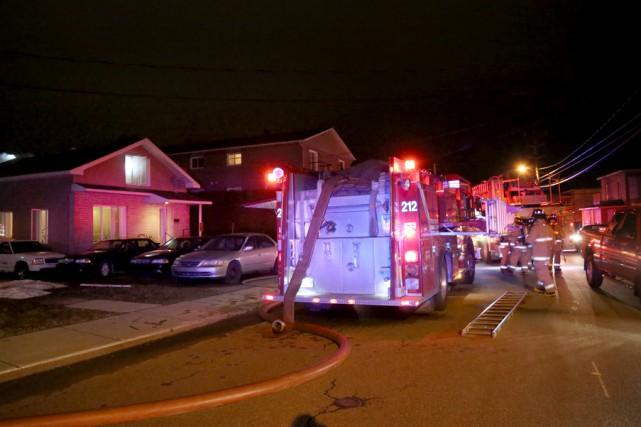 Un incendie faisait rage dans une maison unifamiliale... (Julie Catudal)
