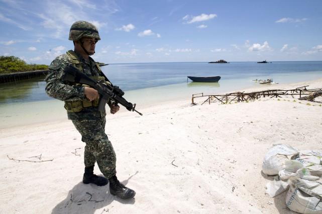Un soldat philippin en patrouille sur l'île de... (REUTERS)