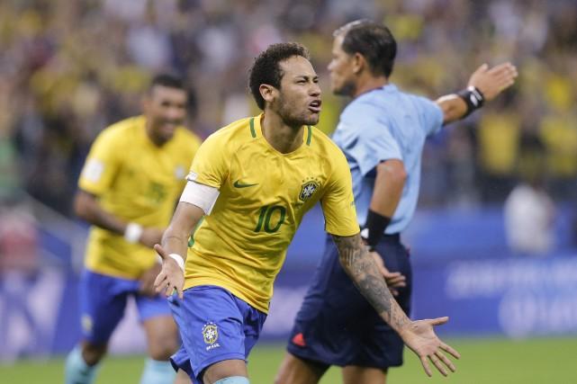 Neymar et le Brésil ont défait le Paraguay... (Photo Nelson Antoine, AP)