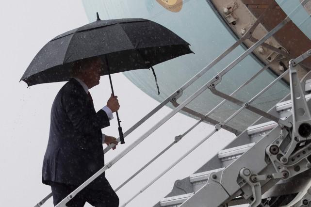 Donald Trump montant à bord d'Air Force One.... (PHOTO AFP)
