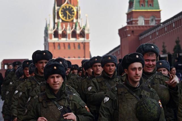 Des soldats russes ont participé jeudi à un... (PHOTO AFP)