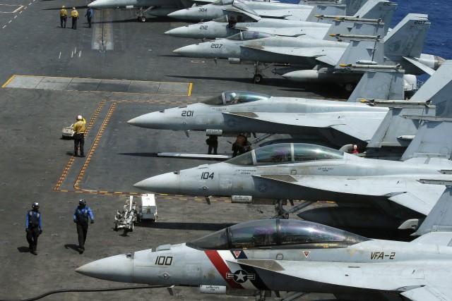 Des avions de combat F18 sur le pont... (ARCHIVES AP)