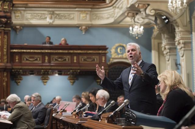 Le premier ministre Philippe Couillard et les membres... (La Presse canadienne, Jacques Boissinot)