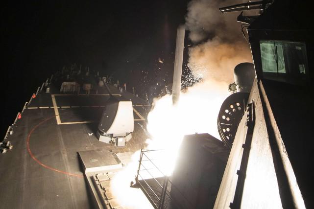 Un missile Tomahawk ciblant la base aérienne syrienne... (PHOTO FOURNIE PAR LA MARINE AMÉRICAINE)