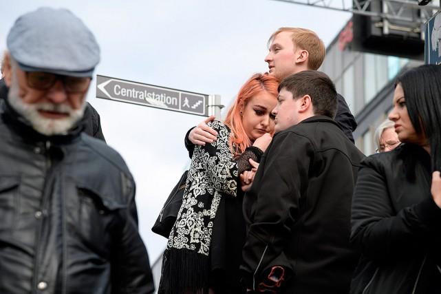 Des personnes réagissent à l'attentat à Stockholm, peu... (Anders Wiklund, TT News Agency via REUTERS)