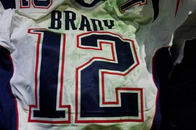 L'un des deux chandails du Super Bowl de Tom Brady retrouvés par les autorités... (Photo AP)