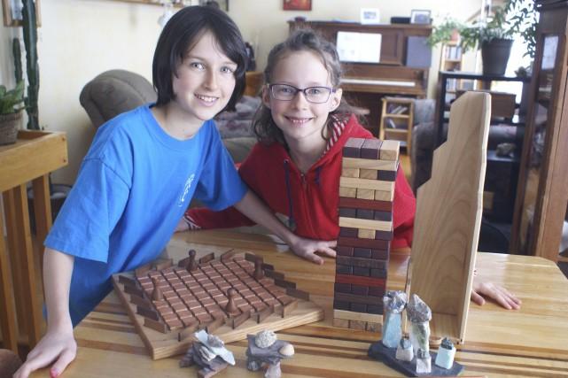 Flavie et Sorane aiment bien recevoir des jeux... (Le Progrès, Mélissa Viau)