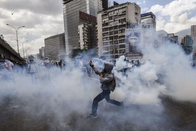 Outre le décès du manifestant, des dizaines de... (Photo JUAN BARRETO, AFP)