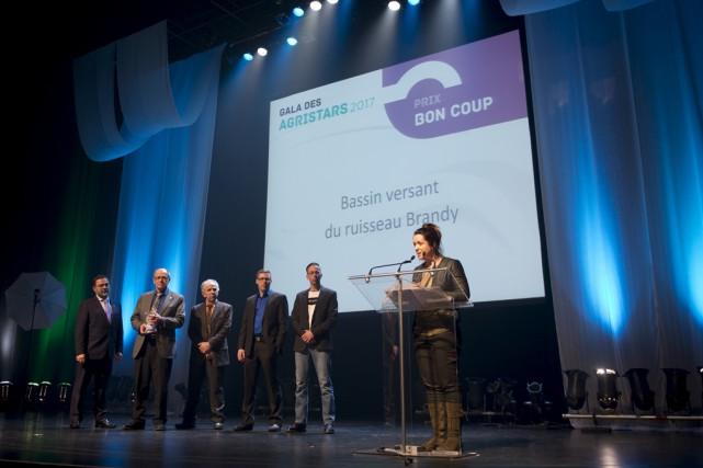 L'agronome Isabelle Martineau accepte le prix Bon coup... (Fournie)