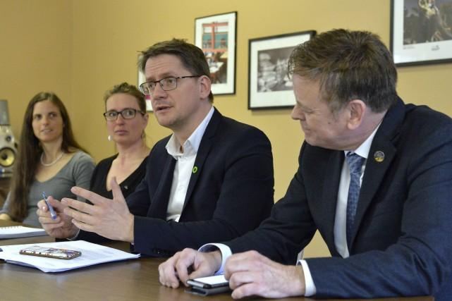 Le député péquiste Sylvain Gaudreault et son collègue... (Spectre Média, Maxime Picard)