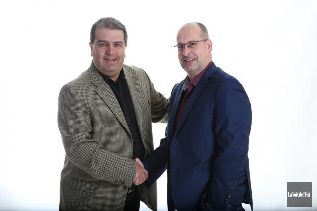 Danny Gélinas en compagnie du directeur des sports... (Archives La Voix de l'Est)