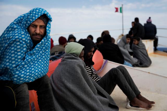 Les migrants secourus ont été transférés à un... (AP, Bernat Armangue)