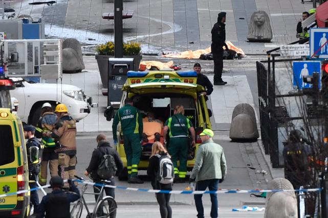 Le camion, volé selon l'entreprise propriétaire, a foncé... (AFP, TT NEWS AGENCY/Fredrik SANDBERG)