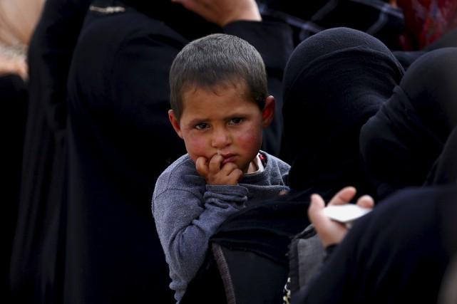 Des Syriens qui ont fui les combats dans... (AFP, DELIL SOULEIMAN)