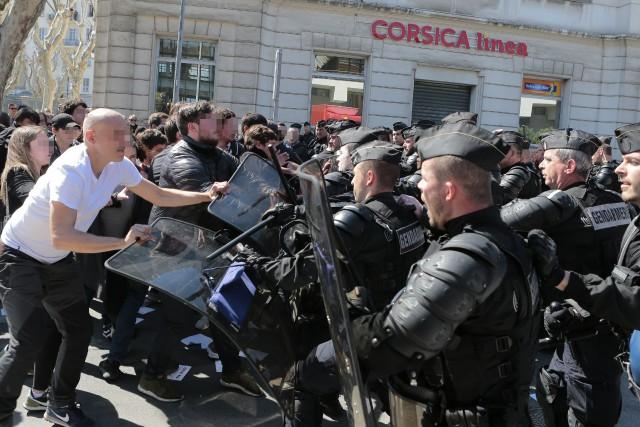 Des manifestants ont attaqué les forces de l'ordre... (PHOTO PASCAL POCHARD-CASABIANCA, AFP)