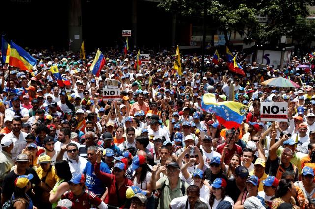 Des centaines de personnes se sont réunies à... (Photo Carlos Garcia Rawlins, REUTERS)