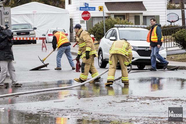 Les autorités municipales ont indiqué aux sinistrés de... (PHOTO ALAIN ROBERGE, LA PRESSE)