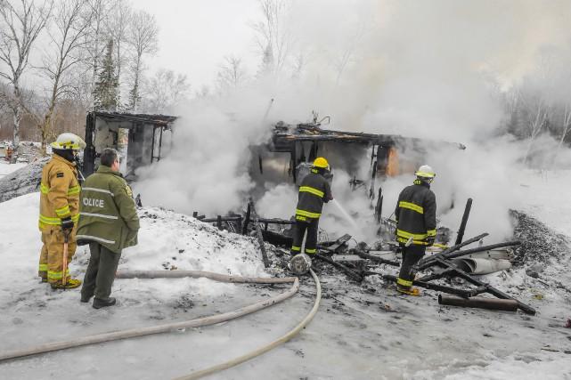 Une quinzaine de pompiers ont été appelés sur... (Gimmy Desbiens)