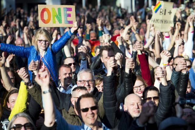 Quelque 2500 personnes brandissant des drapeaux arc-en-ciel se... (PHOTO Piroschka van de Wouw, AFP/ANP)