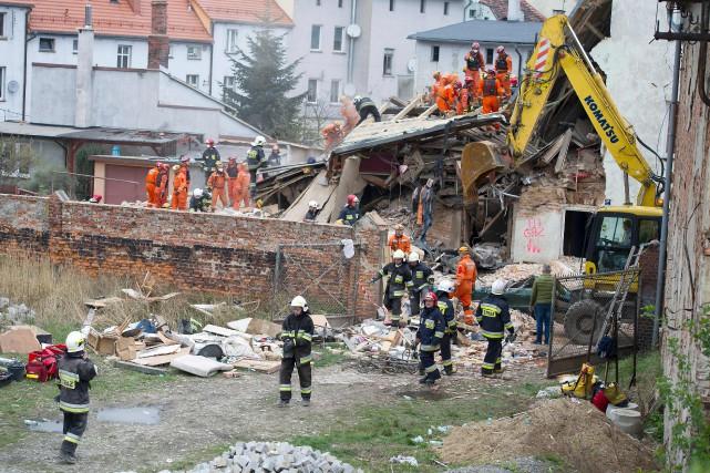 L'effondrement d'un immeuble de deux étages aurait été... (Photo NATALIA DOBRYSZYCKA, AFP)