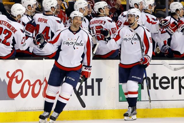 Les Capitals ont gagné samedi contre les Bruins... (Photo Winslow Townson, AP)
