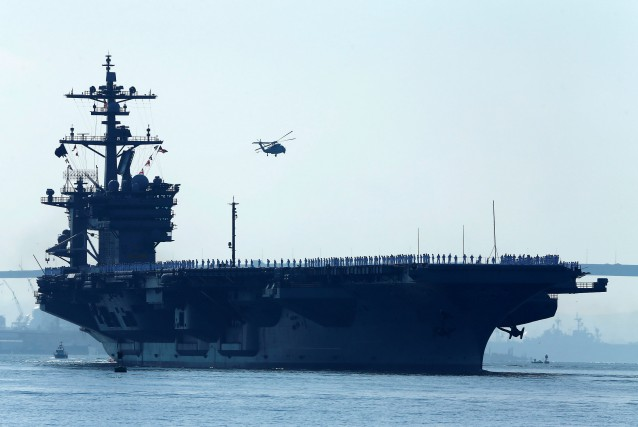 Le USS Carl Vinson mène un groupe aéronaval en direction... (Photo Mike Blake, REUTERS)