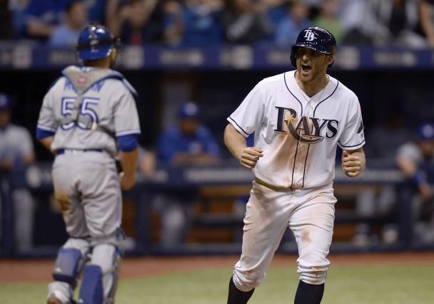 Brad Miller a soutiré un but sur balles... (Photo Jason Behnken, AP)