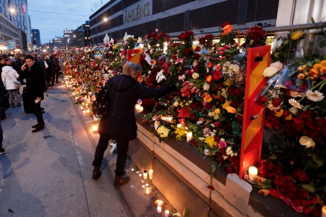 Des milliers de fleurs ont été déposées le... (AP, Markus Schreiber)