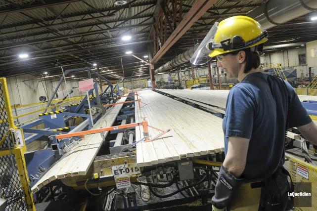 L'usine de Bois d'ingénierie Résolu-LP de Larouche... (Photo Le Quotidien, Gimmy Desbiens)