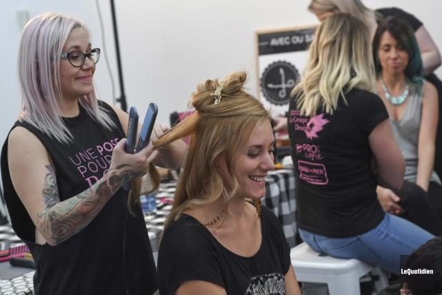 Les modèles passaient sur la chaise des coiffeuses... (Photo Le Quotidien, Michel Tremblay)