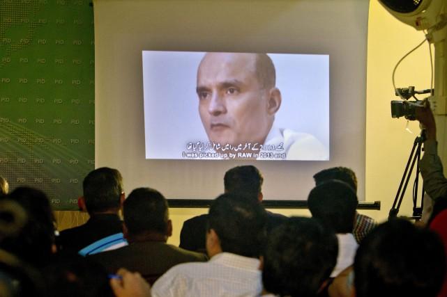 L'homme identifié par l'armée pakistanaise comme étant Kulbushan... (AP)