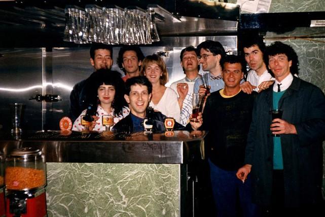 L'équipe duCheval Blanc de l'époque immortalise la coulée... (PHOTO FOURNIE PAR LE CHEVAL BLANC)