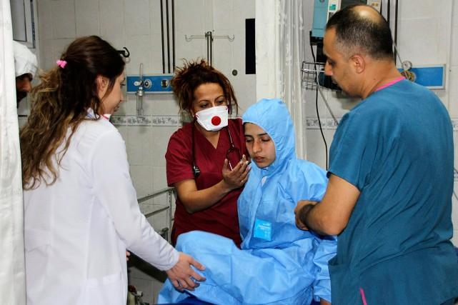 Des médecins examinent une victimede l'attaque chimique perpétréela... (PHOTO AP/IHA)