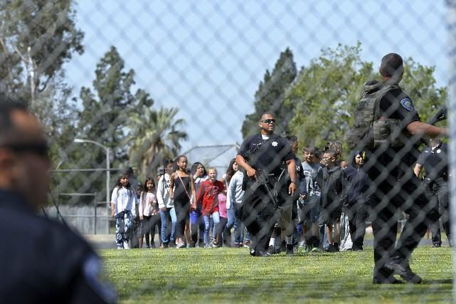Les élèves ont été emmenés par la police... (PHOTO AP)