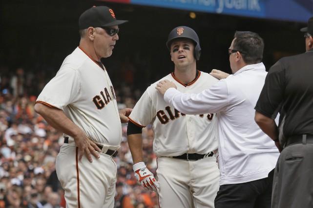 Buster Posey a reçu un lancé à la... (Photo Eric Risberg, AP)