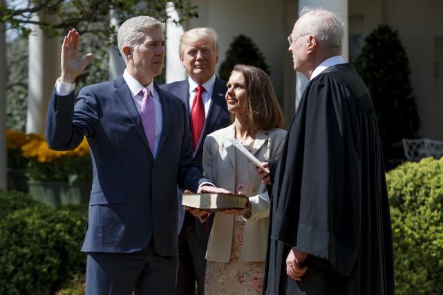 Neil Gorsuch devient le plus jeune juge nommé... (AP, Evan Vucci)