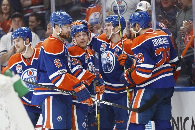 Les Oilers participent au bal printanier pour la... (AFP, Codie McLachlan)