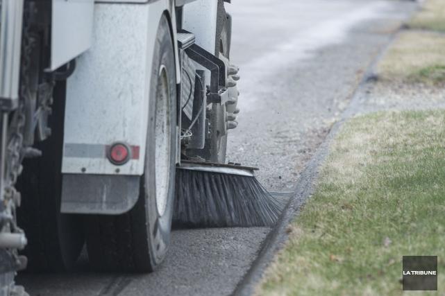 À compter du 18 avril, la Ville de Sherbrooke entreprendra son «grand nettoyage... (Archives La Tribune, Frédéric Côté)